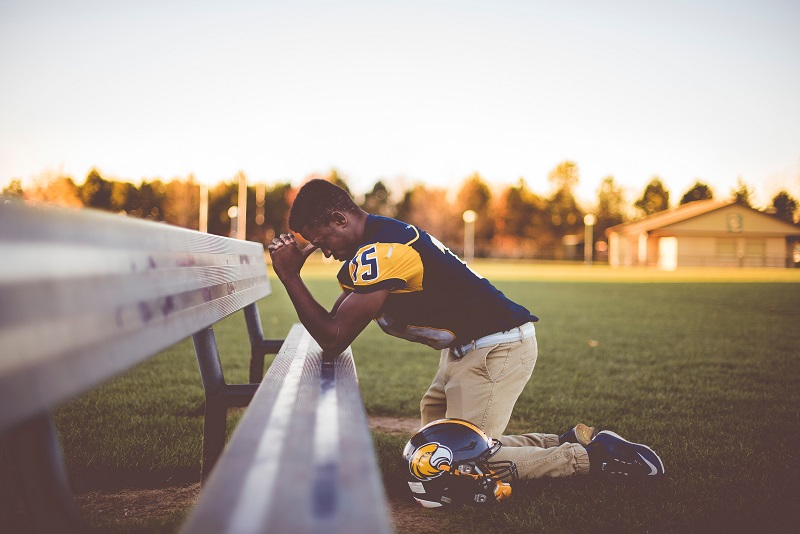 StockSnap_L9MGC617HI football player praying blog size